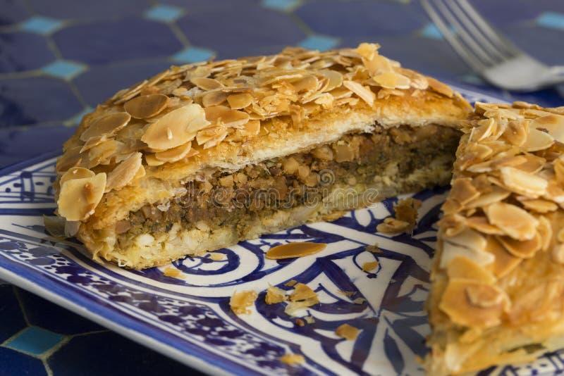Prato com o bastella pequeno marroquino tradicional cortado foto de stock