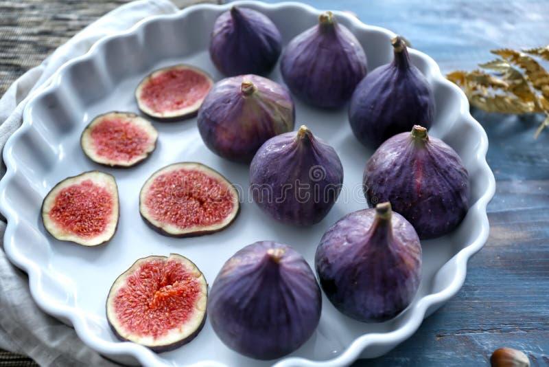 Prato com os figos maduros frescos na tabela imagens de stock