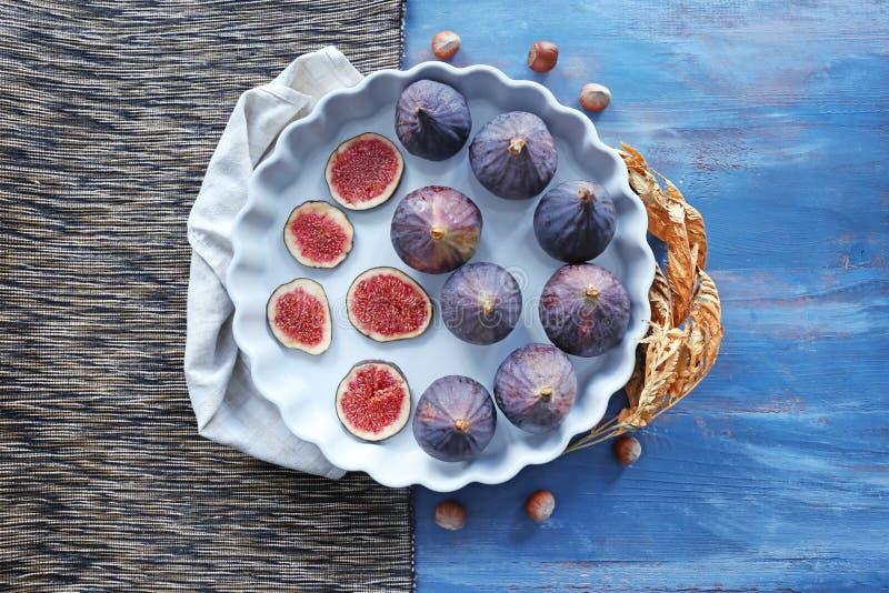 Prato com os figos maduros frescos na tabela imagem de stock royalty free