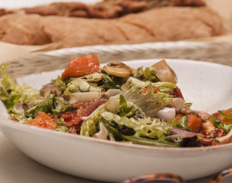 Prato com salada no close-up da tabela fotos de stock royalty free