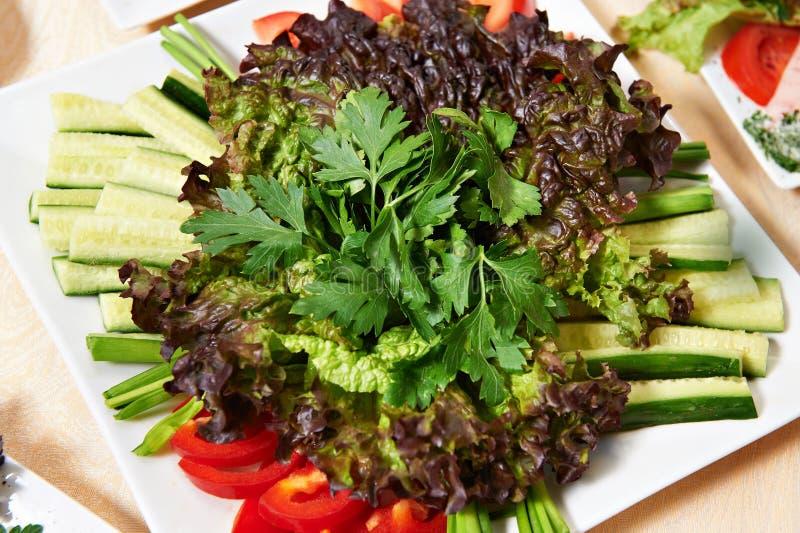 Prato com salada vegetal fotos de stock royalty free