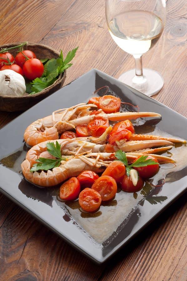 prato com scampi e tomates fotografia de stock