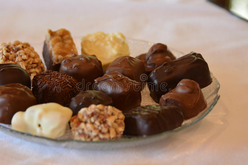 Prato completamente de chocolates sortidos gostosos imagem de stock royalty free