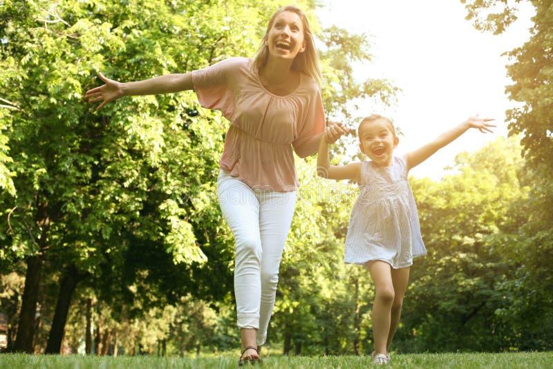 Prato corrente della depressione della figlia e della madre Madre e figlia h immagine stock libera da diritti