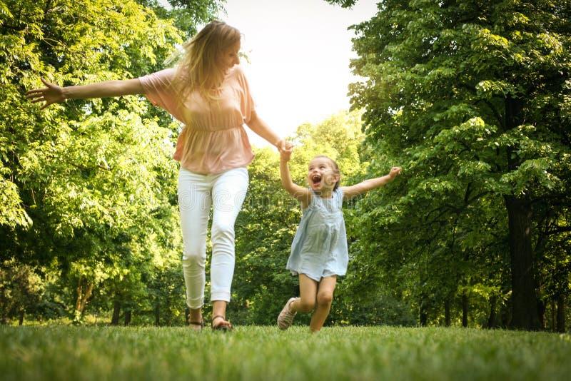 Prato corrente della depressione della figlia e della madre Madre e figlia h fotografia stock libera da diritti