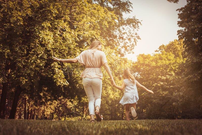 Prato corrente della depressione della figlia e della madre Madre e figlia h immagini stock libere da diritti