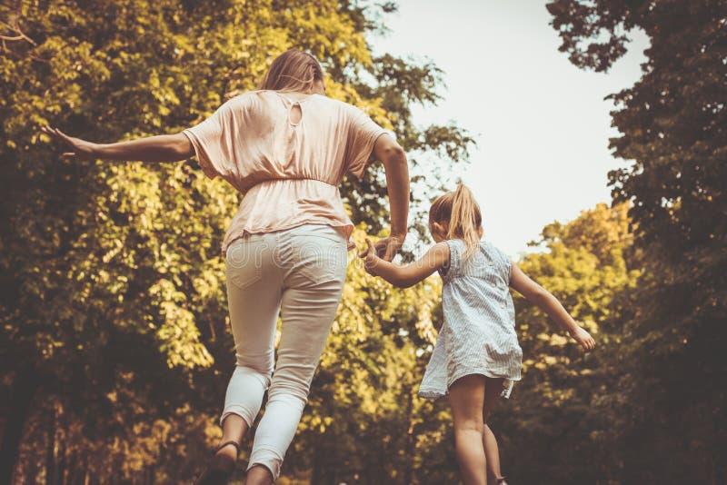 Prato corrente della depressione della figlia e della madre Madre e figlia h fotografia stock