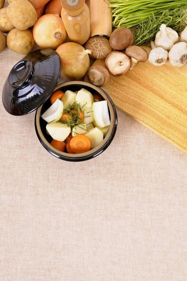 Prato da caçarola com vegetais e as ervas orgânicos no worktop da cozinha, espaço da cópia, vertical foto de stock