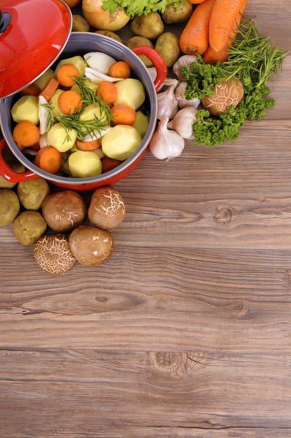 Prato da caçarola ou potenciômetro de guisado vegetal com vegetais orgânicos e o espaço da cópia, vertical foto de stock