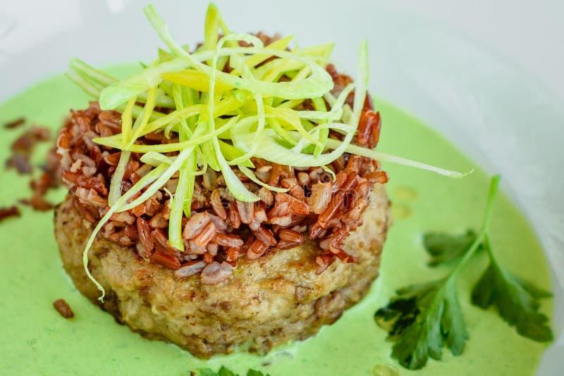 Prato da carne com arroz, fatias das cebolas, verdes e molho fotos de stock royalty free