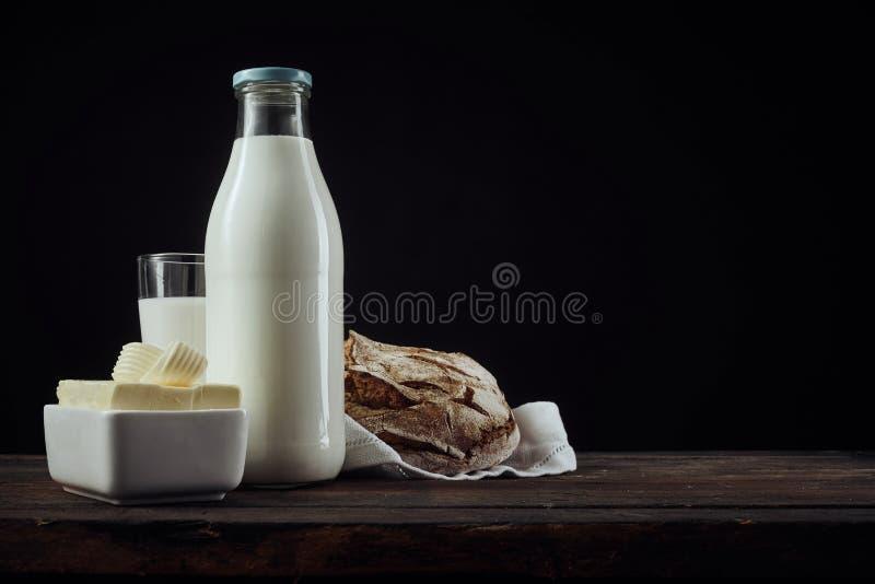 Prato da cena da manteiga, do leite e do pão imagens de stock