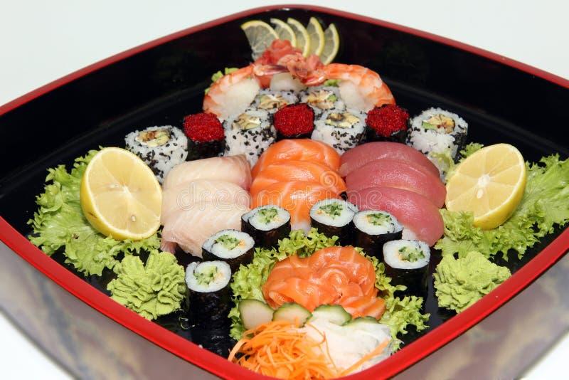 Prato da culinária japonesa com um grupo de rolos de sushi imagens de stock royalty free