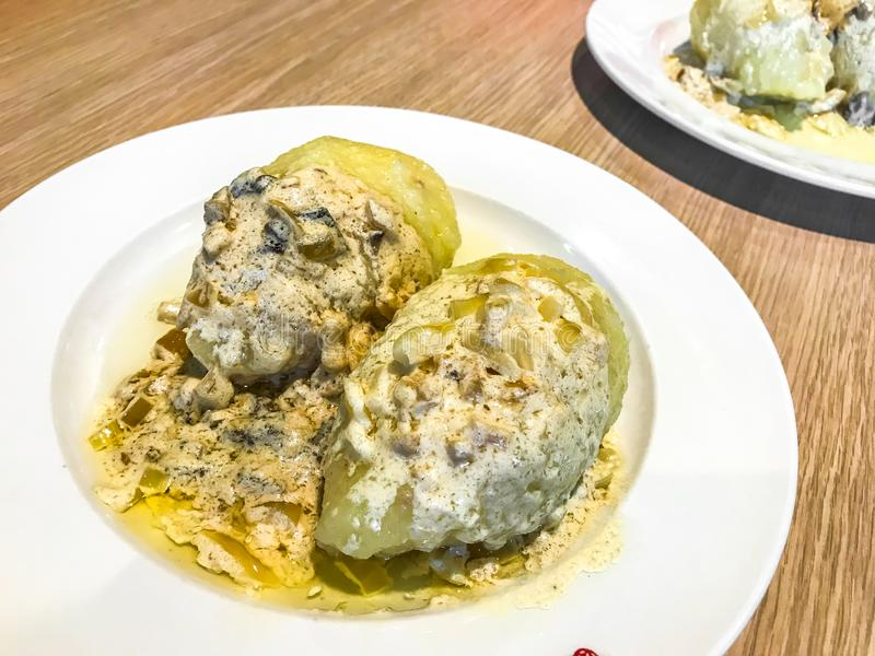 Prato da culinária lituana Batata de Ceppelins com molho imagens de stock