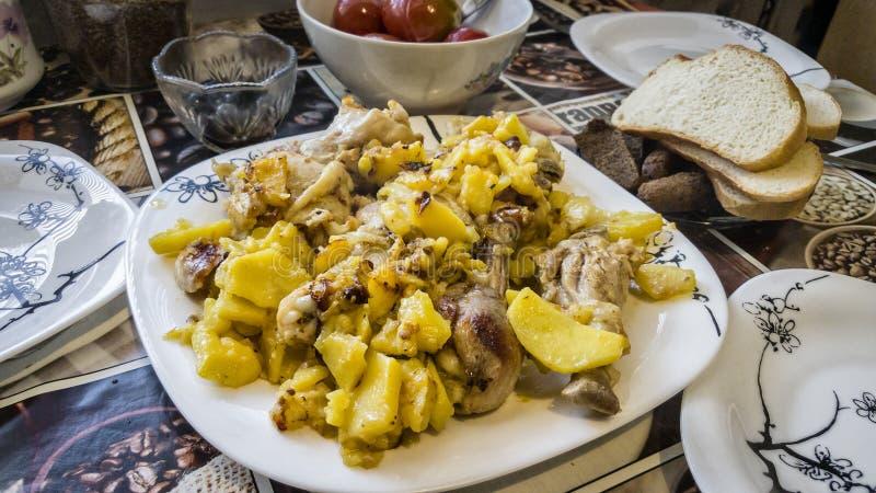 Prato da galinha e das batatas fotografia de stock