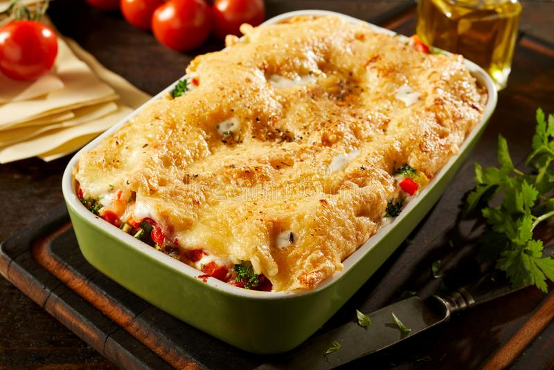 Prato da lasanha vegetal de queijo saboroso imagens de stock