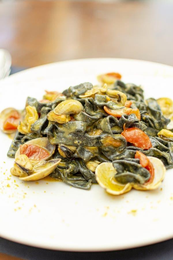 Prato da massa do marisco, fettuccini preto italiano com moluscos do vongole e mexilh?es foto de stock royalty free