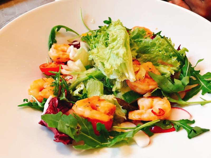 Prato da salada do camarão e a vegetal foto de stock royalty free