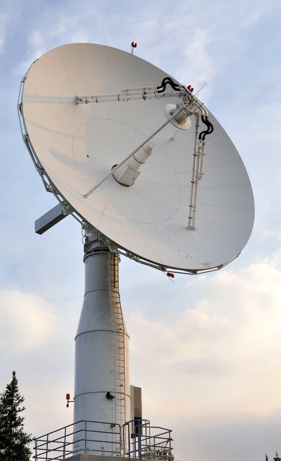 Prato das comunicações satélites foto de stock