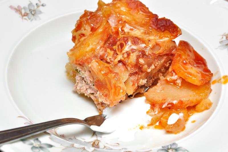 prato das Moussaka-batatas imagem de stock