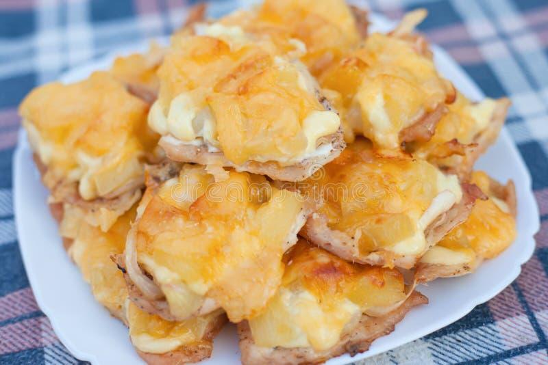 Prato de chops francês de abacaxi e queijo de frango imagens de stock