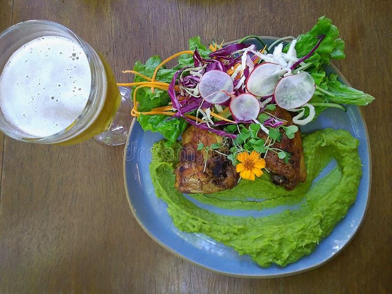 Prato de galinha gourmet com puré e cerveja da ervilha imagem de stock royalty free