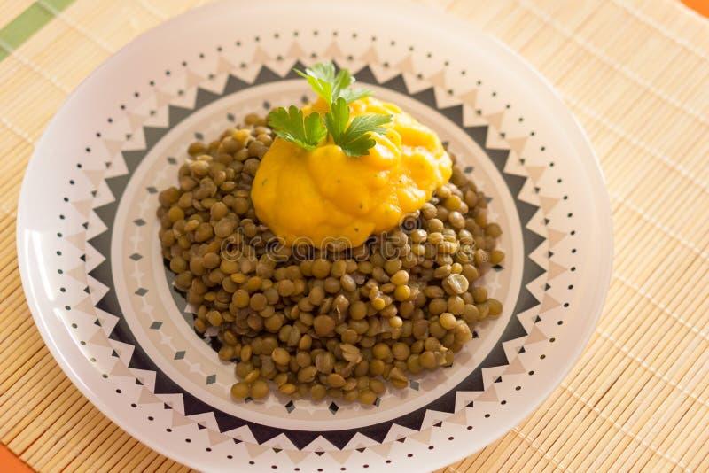Prato de Helthy das lentilhas e da erva-benta da abóbora fotografia de stock royalty free