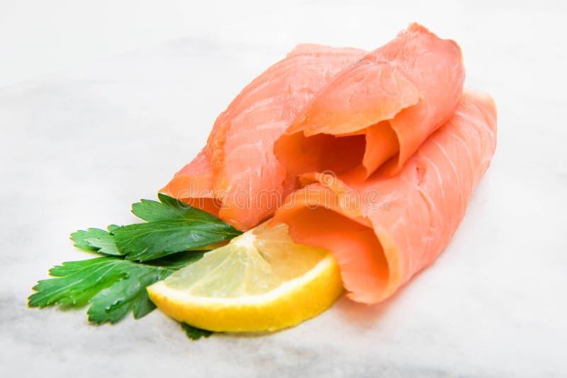 Prato de mármore com fatias do salmão fumado fotos de stock