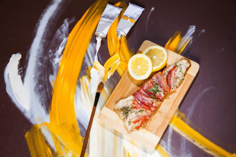 Prato de peixes - peixe fritado da truta com bacon fotos de stock royalty free