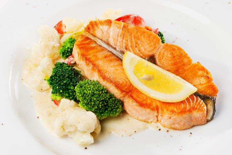 Prato de peixes - salmão grelhado com couve-flor fotografia de stock