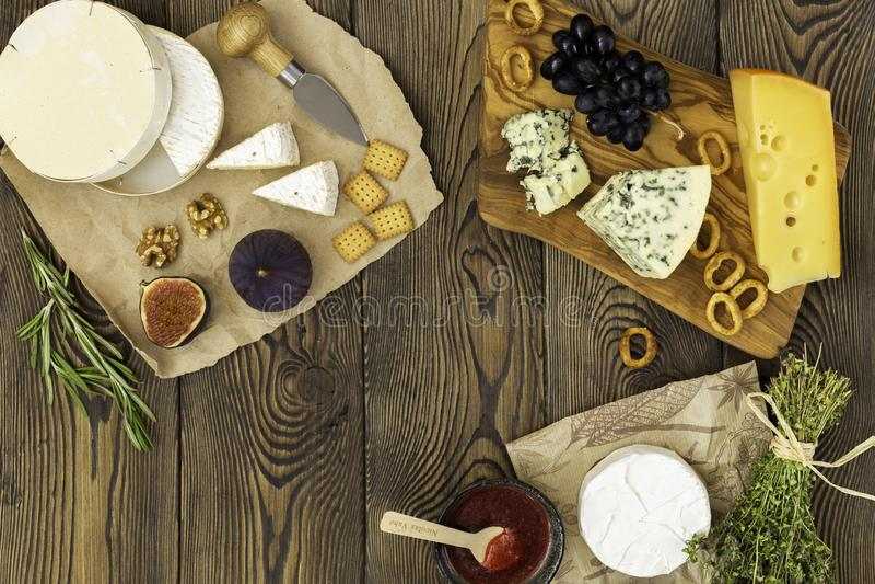 Prato de queijo em conserva com ervas e frutos em mesa de madeira Gêneros alimentícios para vinho e delicatessen romântico Largur foto de stock