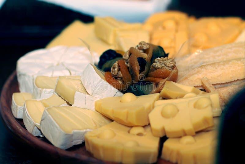 Prato de queijos diversos imagens de stock royalty free