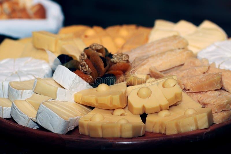 Prato de queijos diversos imagens de stock