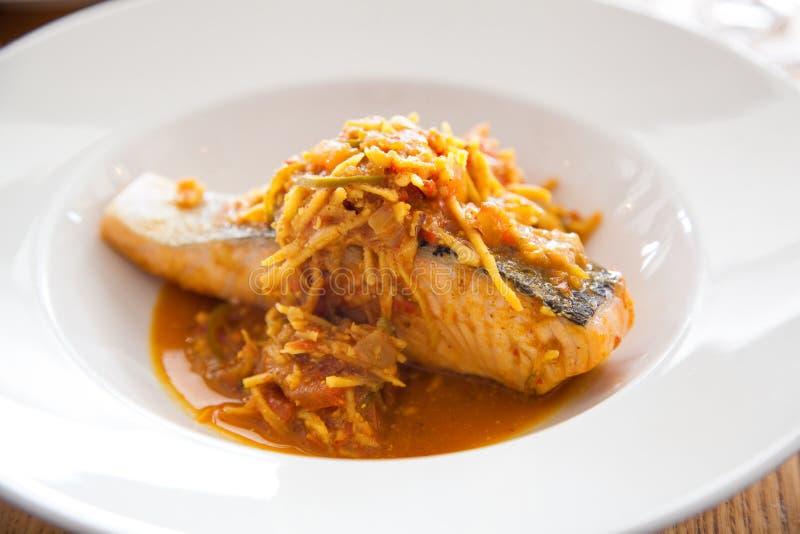 Prato de Salmon Masala Curry do gourmet imagem de stock