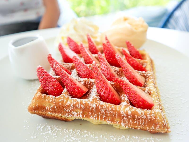 Prato de waffffle de morango fresco imagem de stock