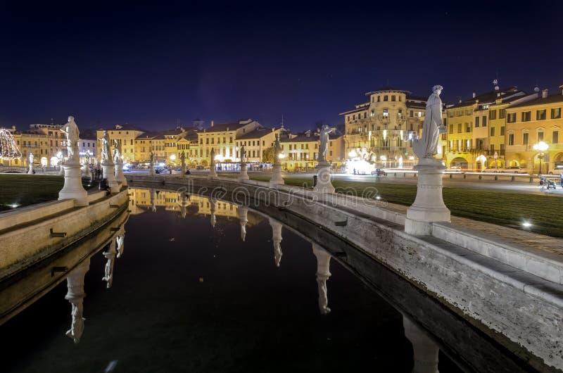 Prato-della Valle bis zum Nacht lizenzfreie stockfotografie