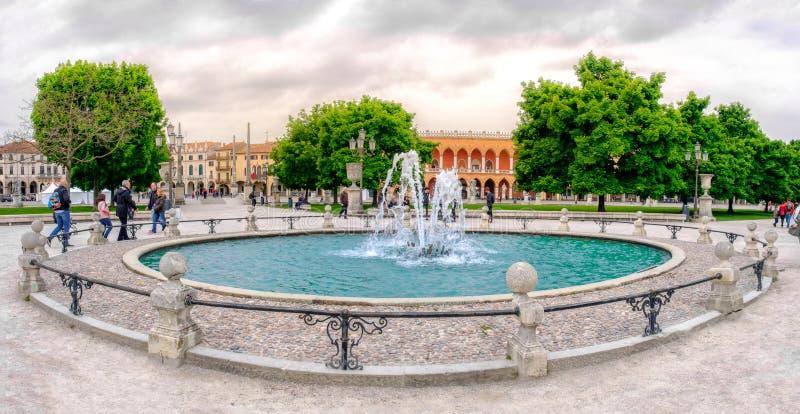 Prato della Valle kwadrata Padua kurendy fontanna zdjęcia stock