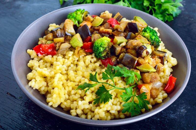 Prato dietético saudável claro do vegetariano: cuscuz e vegetais imagens de stock