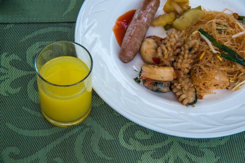 Prato do alimento do bufete para o café da manhã foto de stock royalty free