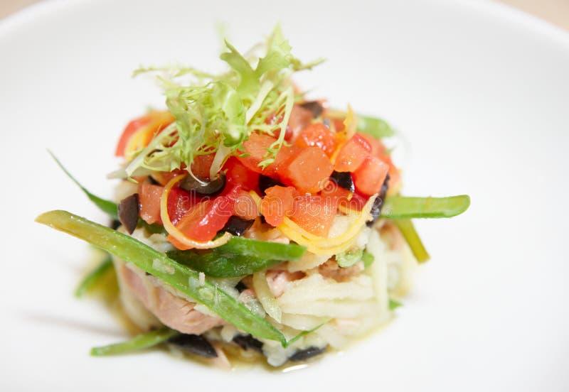 Prato do atum com tomate e alface desbastados foto de stock