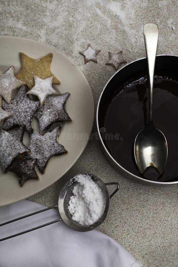 Prato do chocolate e de cookies derretidos do Natal fotografia de stock