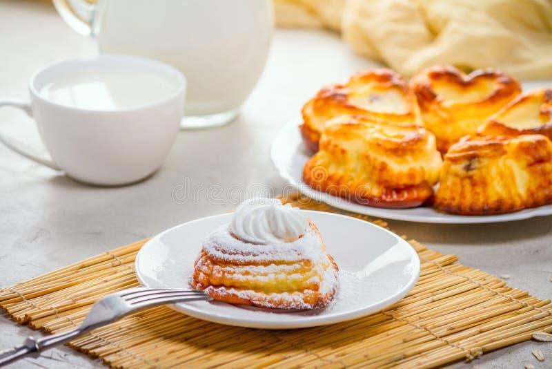 Prato do leite coalhado para o caf? da manh? - panquecas doces do requeij?o, syrniki, fritos do coalho fotos de stock royalty free