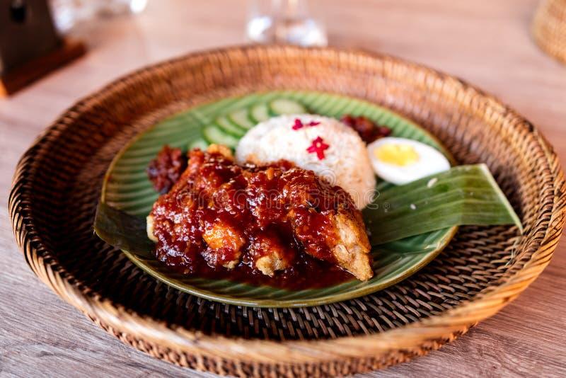 Prato do lemak de Nasi no restaurante malaio foto de stock royalty free