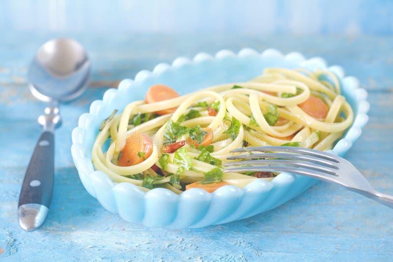 Prato do linguine dos espaguetes foto de stock