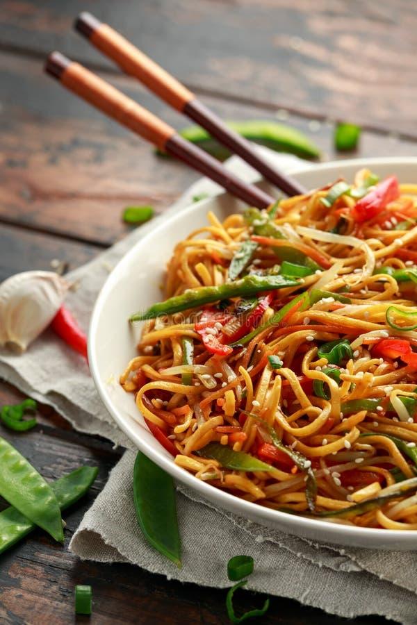 Prato do mein, dos macarronetes e dos vegetais da comida com hashis de madeira fotografia de stock royalty free