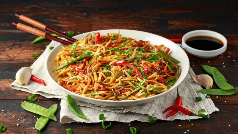 Prato do mein, dos macarronetes e dos vegetais da comida com hashis de madeira imagem de stock royalty free