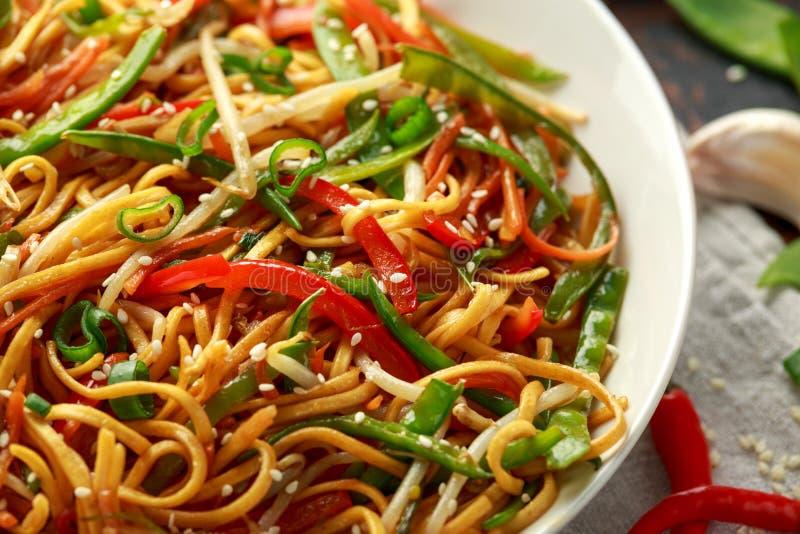 Prato do mein, dos macarronetes e dos vegetais da comida com hashis de madeira imagens de stock royalty free