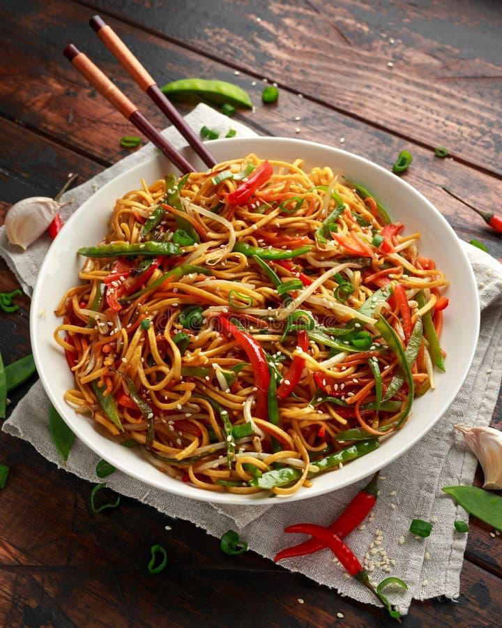 Prato do mein, dos macarronetes e dos vegetais da comida com hashis de madeira fotografia de stock