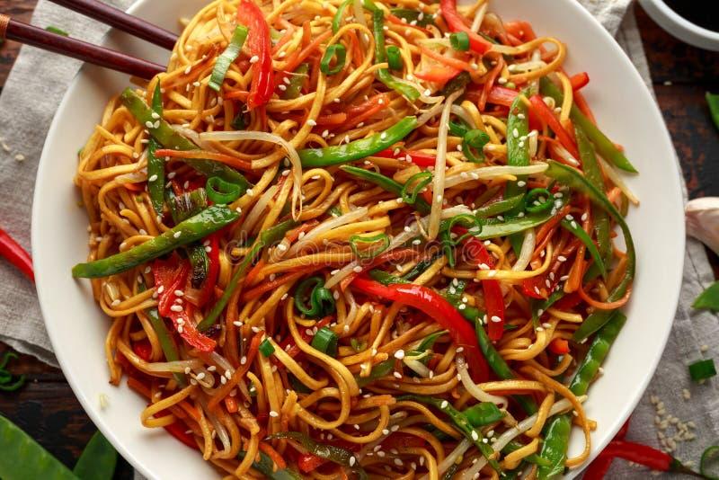 Prato do mein, dos macarronetes e dos vegetais da comida com hashis de madeira fotos de stock