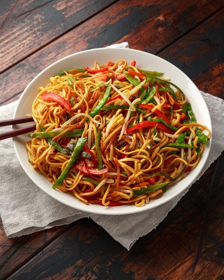 Prato do mein, dos macarronetes e dos vegetais da comida com hashis de madeira foto de stock royalty free