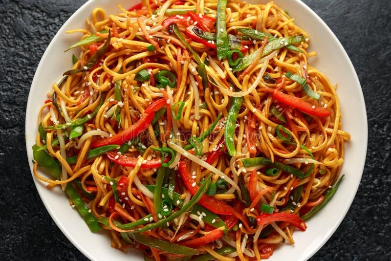 Prato do mein, dos macarronetes e dos vegetais da comida com hashis de madeira imagem de stock